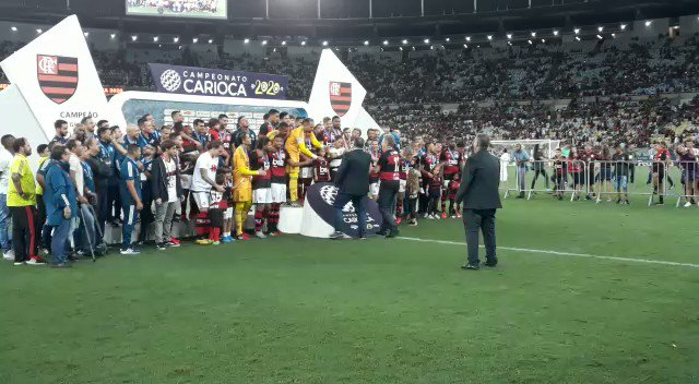 O momento que o Flamengo levanta o troféu de campeão da Taça Guanabara! 🏆 #gefla