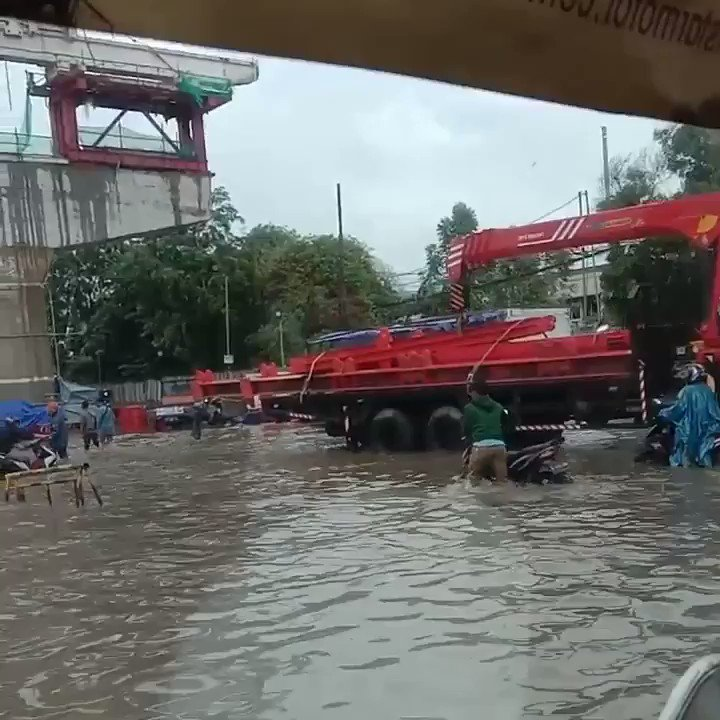 11:08 #Banjir 50-60 cm di depan Palad Jl. Raya Bekasi #Jakarta Timur, bagi kendaraan sejenis sedan dihimbau agar tidak melintas.