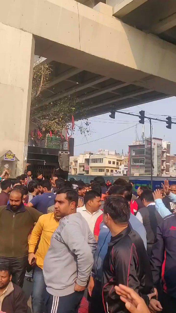 Now at Muajpur in suport of CAAमौजपुर चौक पर जाफराबाद के सामने कद बढ़ा नहीं करतेएड़ियां उठाने सेCAA वापस नहीं होगासड़कों पर बीबियाँ बिठाने से
