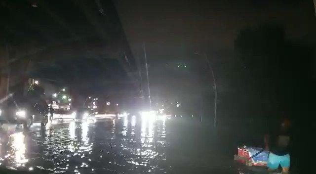 20:56 Kondisi arus lalin simpang Tl.Coca Cola ramai lancar #Polri pengaturan.