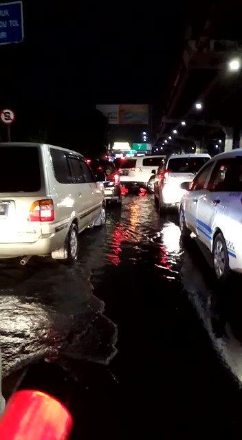 21:10 Genangan air di Pintu Tol Cempaka Putih mulai surut , pengguna jalan tetap waspada &  hati2 , #Polri upaya pengaturan.