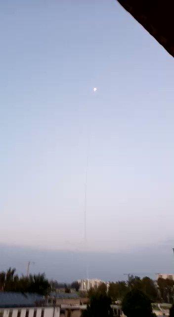 ガザ地区からの攻撃をアイアンドーム対空防衛システムで迎撃、すごい映像になっています。イスラエル側の住民撮影。