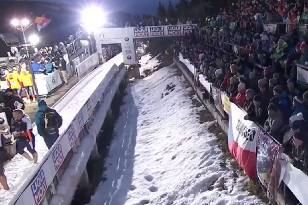 It was great to have @JamieGreubel there cheering for us. Bringing her flag from 2014 olympic podium & allowing us to borrow it for this moment was amazing! Meant more to me than any word. Strong women raise each other up. @TeamUSA @USABS @IBSFsliding https://t.co/GoGfFVFMs4