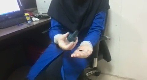 Very informative! Iranian health professional uses paint to demonstrate spots we often miss when washing hands in the wake of #Coronavirus  outbreak. At the end she shows how to safely remove disposable gloves without touching the polluted surface.