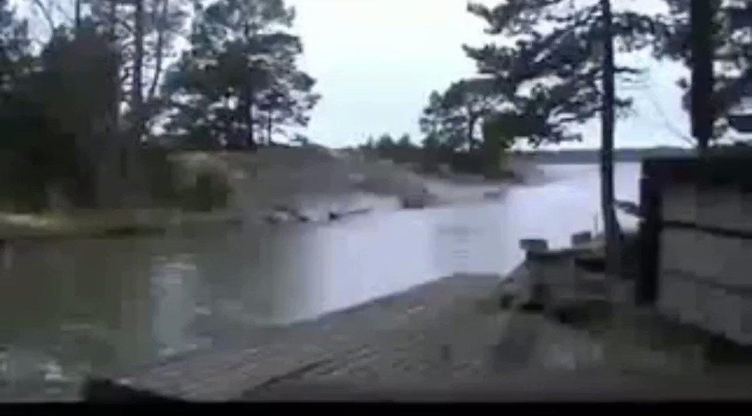 川に雷が落ちると