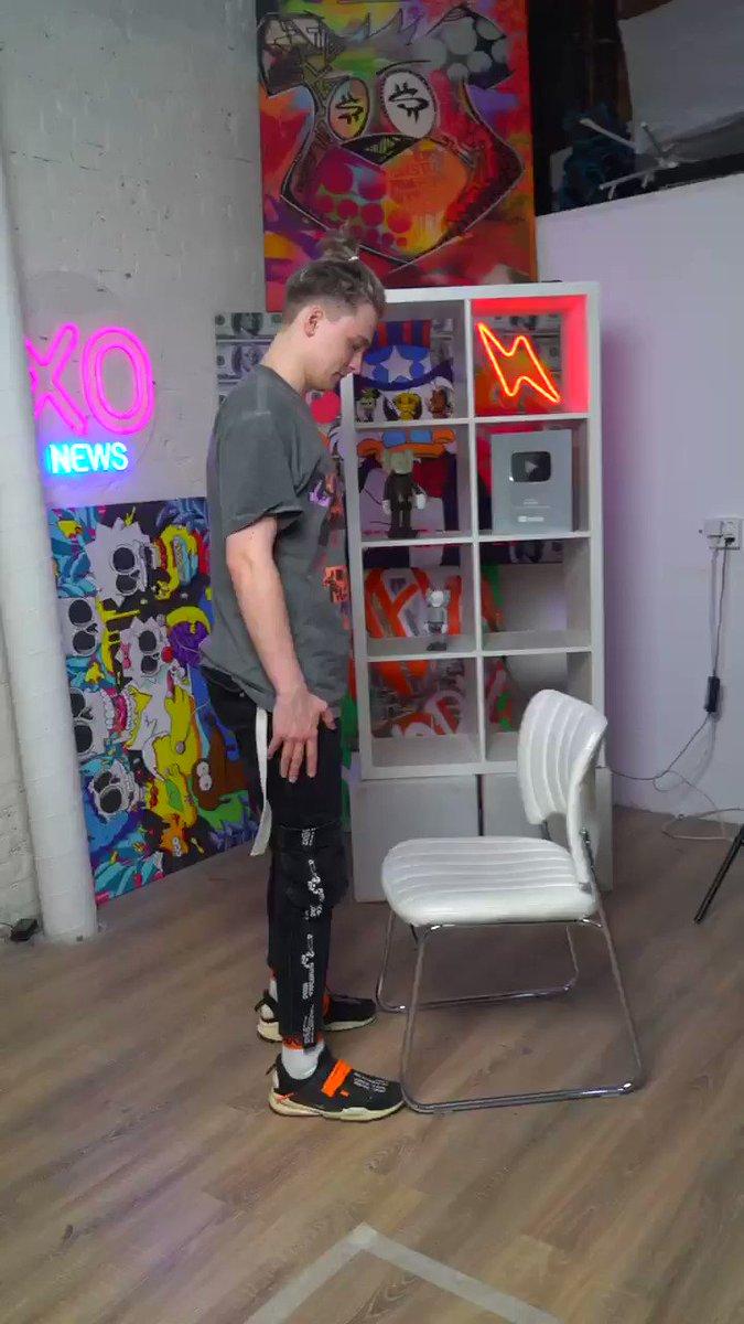 足を上げずに椅子に座ってみてと言ったら最後が、、笑