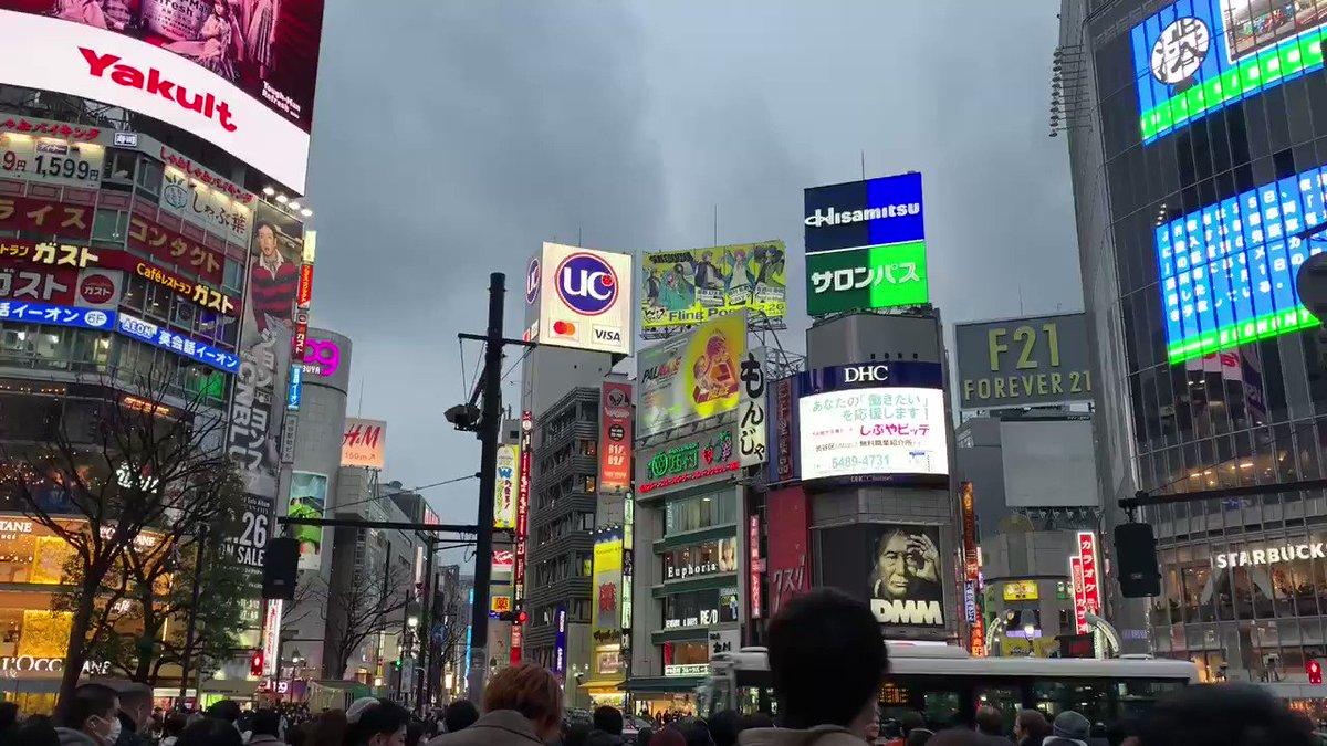 I like Shibuya on a cloudy day when the sun is going down. It gives it a futuristic vibe, like in a movie.  #shibuya #shibuyacrossing #tokyolife #tokyo #tokyotrip #japantrip #japanpic.twitter.com/mdevJgpsFC