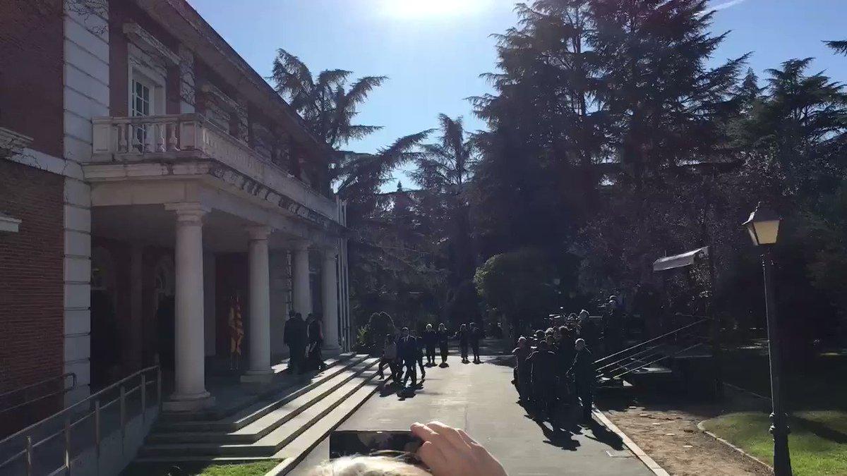 Ambiente muy relajado entre los ministros del Gobierno central y los enviados de la Generalitat. Abalos y Jové charlan animadamente y atrás se quedan Carmen Calvo y Pere Aragonés, que suelen hablar mucho