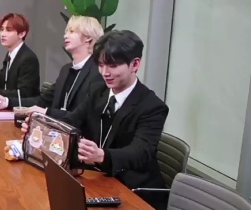 Look at Kihyun pouring all of his attention to put and straighten up his crossbody bag on the table 🥺