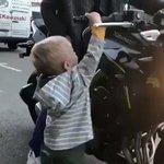 【こうやって成長するんだね】バイクのアクセルを回してにこっと笑う男の子