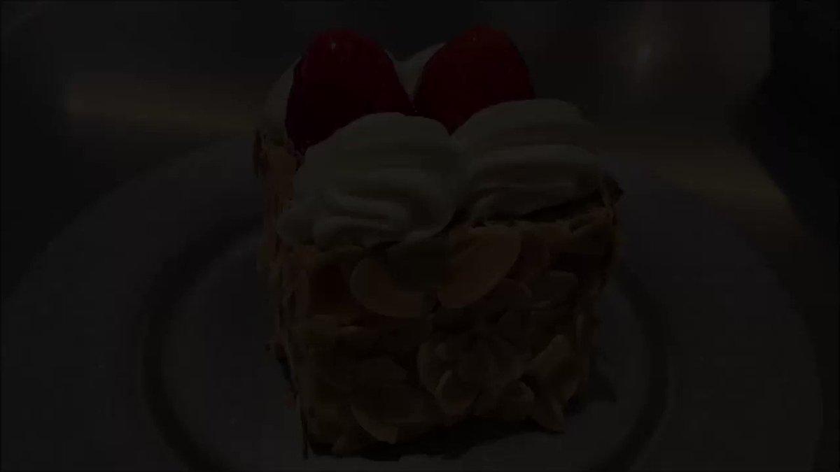 東京都表参道駅近くにあるカフェ「lohasbeans coffee 」の、サクサクのパイ生地にカスタードと苺がみっちり詰まった「ナポレオンパイ(税込み1980円)」✨1日4個限定の商品になります!