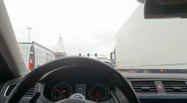 File bij Vlietpolderplein Naaldwijk omdat verkeerslichten wederom van slag zijn. https://t.co/mhQvSvSwsn