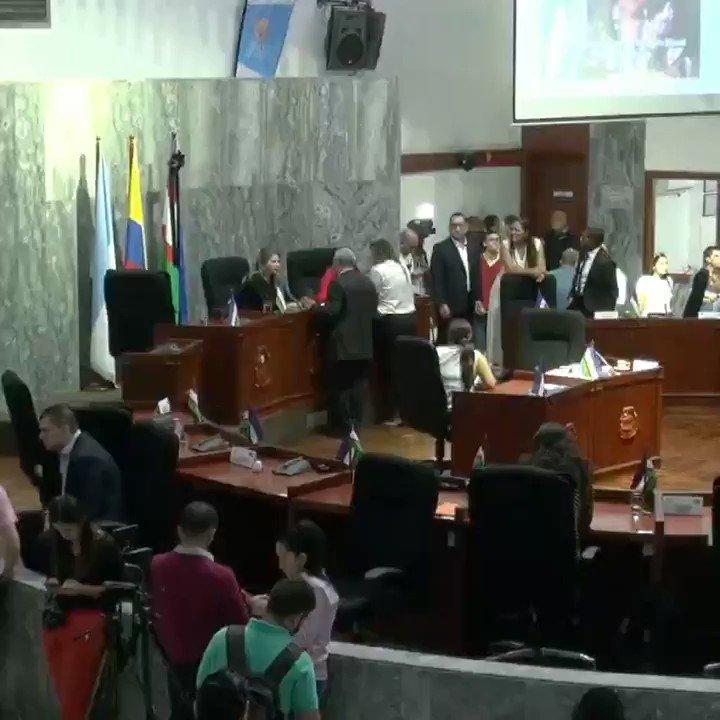 En Plenaria del #ConcejodeCali posesionamos hoy al nuevo Personero Distrital Harold Andrés Cortés, quien obtuvo una puntuación de 84.25%, y resultó elegido con 17 votos a favor:https://www.facebook.com/AudrytoroE/videos/678146429591759/… #AudryToro Presidenta del @ConcejoCali #CaliCO @FenalperCo @personeriacali