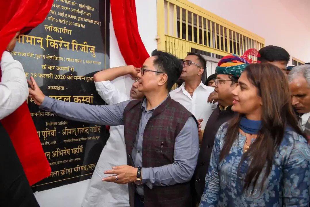 खेल मंत्री श्री @KirenRijiju ने आज जिला स्टेडियम, चूरू में राजस्थान के पहले अंतर्राष्ट्रीय स्तर के सिंथेटिक एथलेटिक्स ट्रैक का उद्घाटन किया। राज्य की उभरती खेल प्रतिभाओं को प्रोत्साहन देने के लिए @kheloindia योजना के अंतर्गत इस ट्रैक का निर्माण किया गया है।@afiindia @PIB_India
