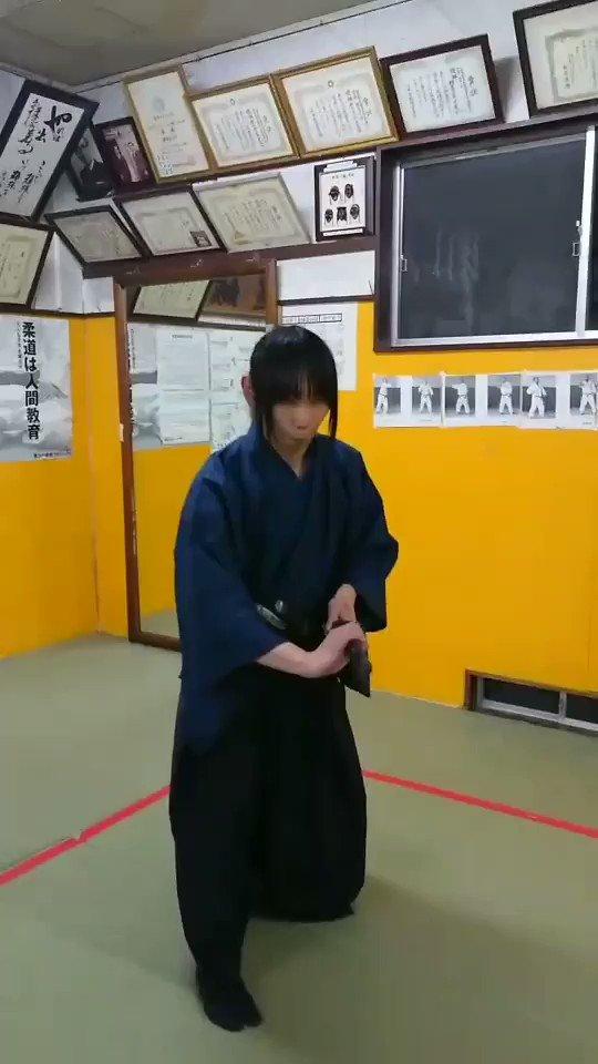 日本刀は両手持ちが基本で片手では扱えないと思われがちです。物にもよりますが、片手でも扱えます。そもそも抜刀は片手ですので…使用している刀は重さ1㎏弱の真剣です。