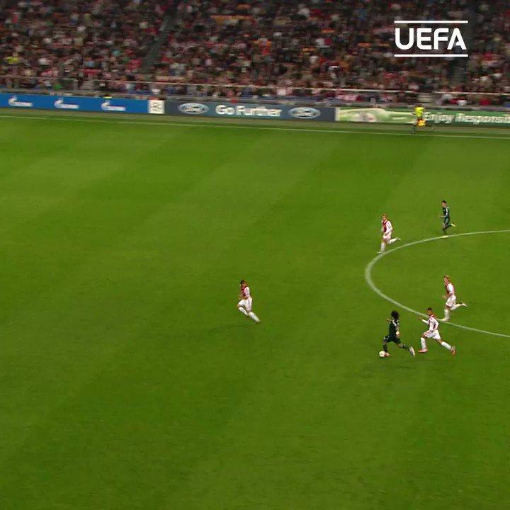 Marcelo armando como um camisa 10, Kaká colocando a bola com a mão, voleio espetacular do Benzema. QUE GOLAÇO!