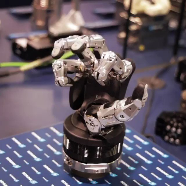 The Schunk robotic gripper perfectly replicates the human hand.   Credit: titansofcnc- IG  @caroletwitt_ @MikeQuindazzi @evankirstel @jblefevre60 @mvollmer1 @Fabriziobustama @jrzaranoid @Ronald_vanLoon @kashthefuturist @alvinfoo @AkwyZ @FrRonconi https://t.co/6olrc2m7Wg