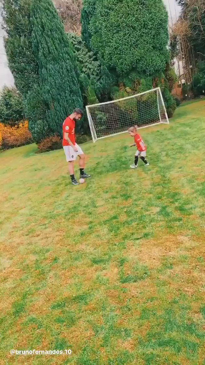 Dads never let you win at anything... @B_Fernandes8 is no different 😅  🎥: BrunoFernandes.10 [IG]  #MUFC #FathersDay  https://t.co/aKb7Bu5nfV
