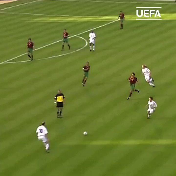 On parle beaucoup du France - Brésil 2006, mais ce match de Zizou contre le Portugal à l'Euro 2000 c'est de l'amour 😱🇨🇵🇵🇹 https://t.co/bPqLYggieU