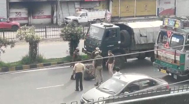 Some of the videos surfacing during enforcement of lockdown in J&K are quite disturbing. In this video a senior police officer is seen kicking and beating a senior citizen at Samba in Jammupic.twitter.com/horFC3p8Qp