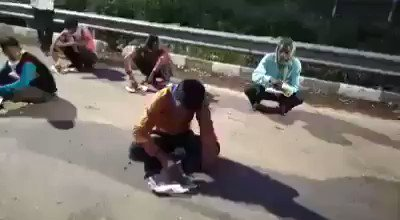 This migrant worker walking back home to Bihar broke into tears upon finally getting food after 3 days.  #LockdownWithoutPlan #ProvideTransportToWorkers #Provide_Trasport_ToGoBack_Homepic.twitter.com/PdJ7JfUtWi