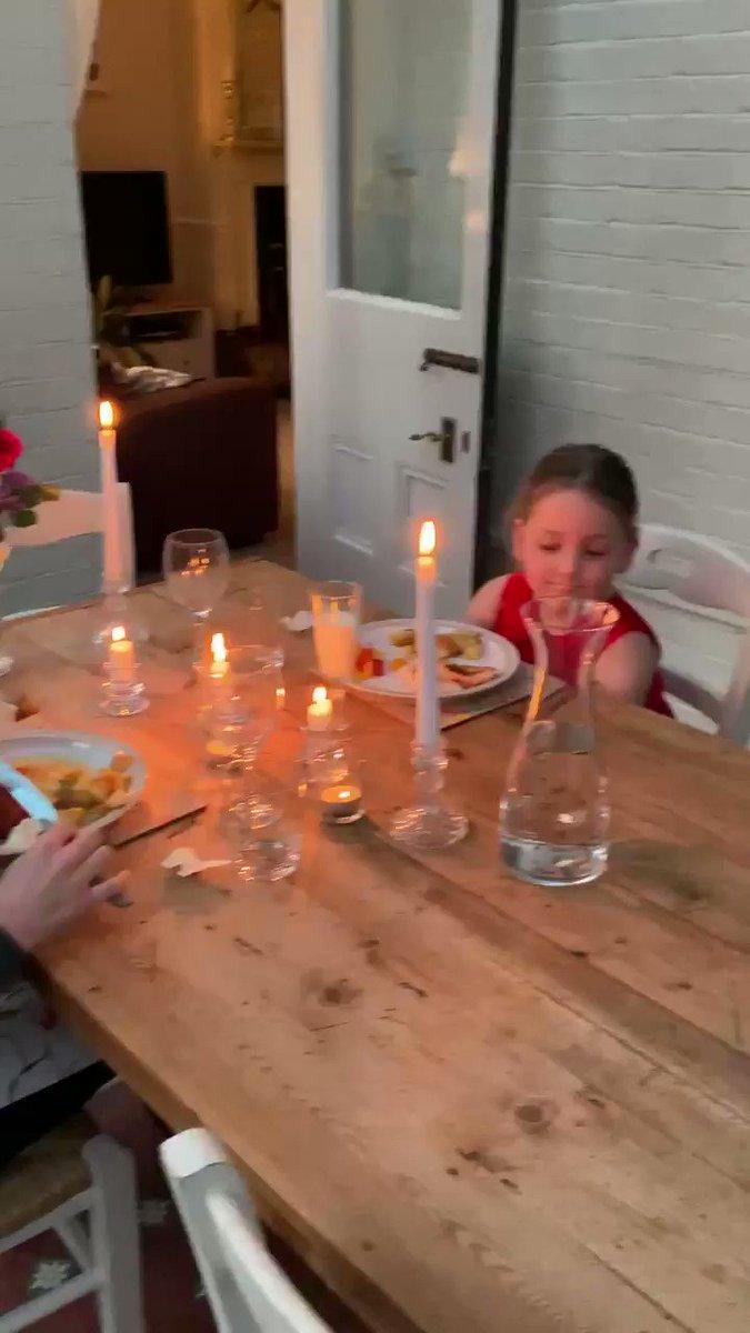 新型肺炎対策で家にいる子供たちのために、パパが執事役になってディナーをしたらしい。傑作。「お客さま、こちら2020年3月、ヴィンテージの牛乳になります」