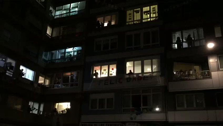 Los vecinos de los barrios de A Coruña le cantan feliz cumpleaños a #AmancioOrtega https://t.co/XLKAw4Tgaj