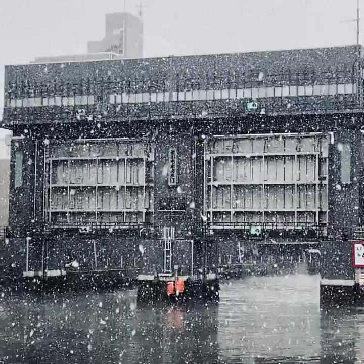 新小名木川水門。 買物ついでに撮影してみました。 (言い訳ぽい) やっぱり雪は別世界に 連れて行ってくれるなぁ  #森下 #清澄白河 #フカキタ #深川 #江東区 pic.twitter.com/ksBCQCFjNN