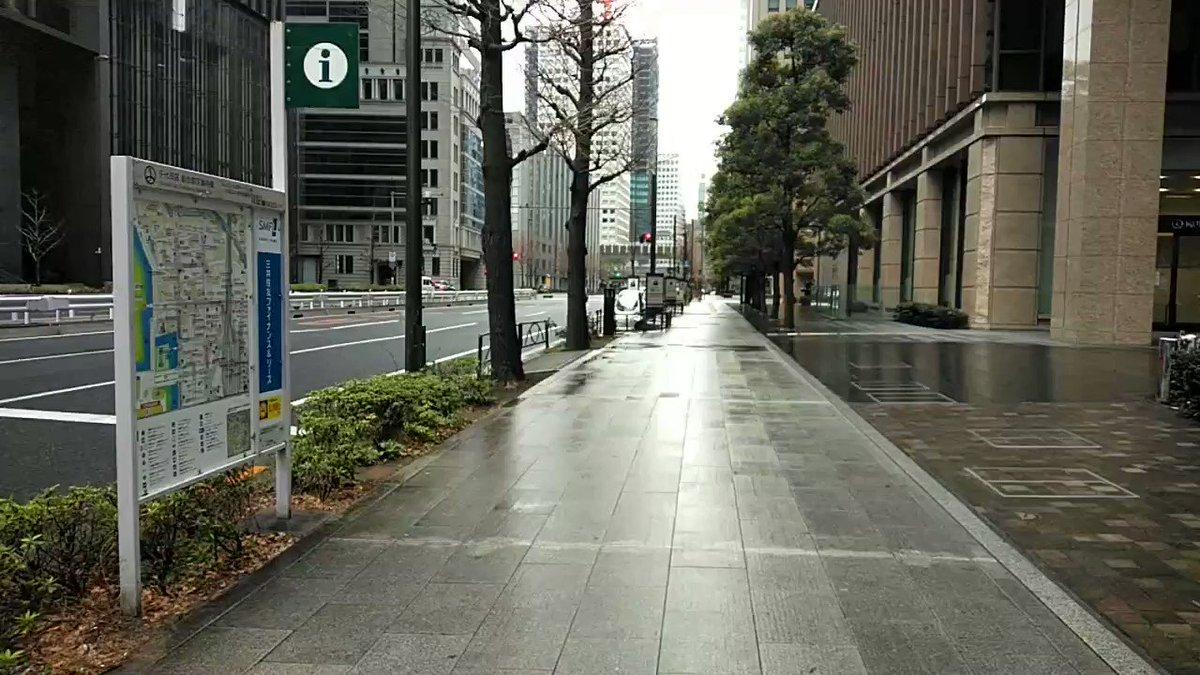 東京駅前 道路を挟んで、右が丸の内、左が大手町。  人が全くいません! いつもの混雑が嘘のようです。  コロナ恐るべし。 #新型コロナウイルス #CODVID19 #coronavirus #丸の内 #大手町 #東京駅 #千代田区pic.twitter.com/P3QIbGiuYG