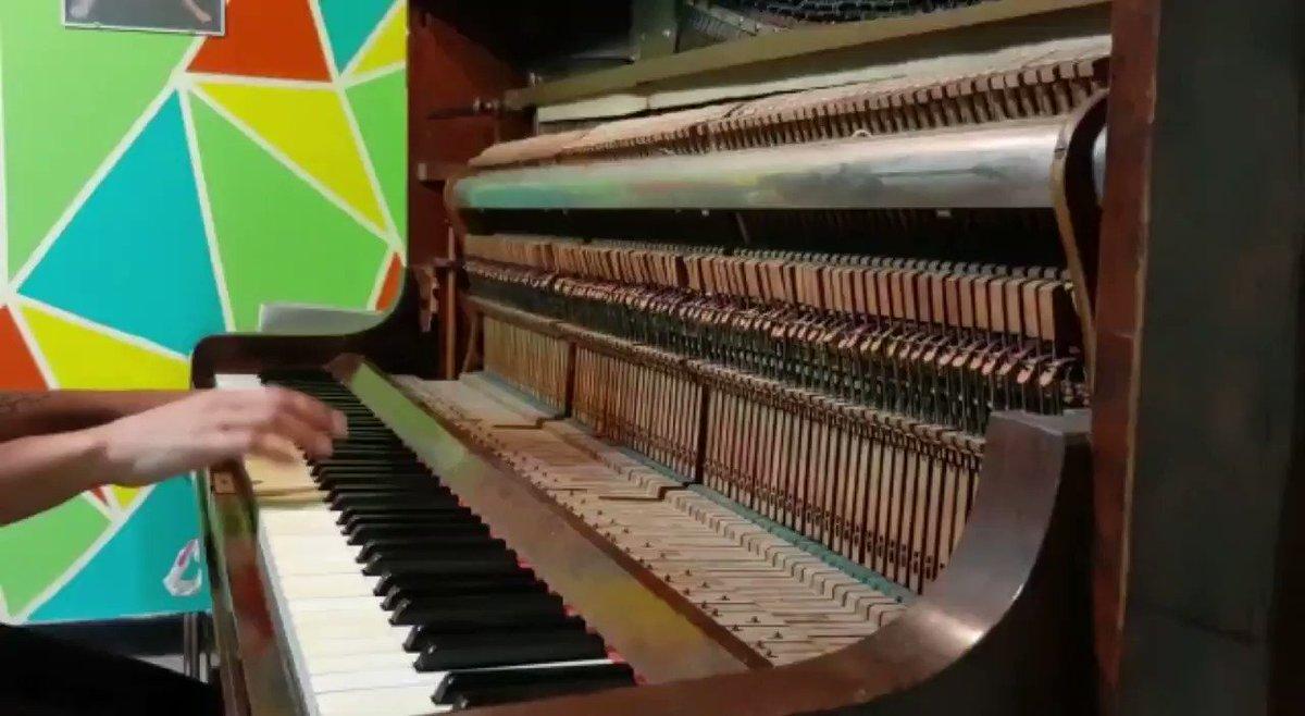 Armando #BlackDog de @ledzeppelin de oido.   Prueba y error.    Eso de no saber en qué día y en qué hora estás viviendo pasa cuando uno se sienta y toca un instrumento.  Anímense a volar, escuchen música  #LedZeppelin #Piano #Cuarentena #Musica #Rock #Rock70 #70s #MeQuedoEnCasapic.twitter.com/Xwu7g5TG1u