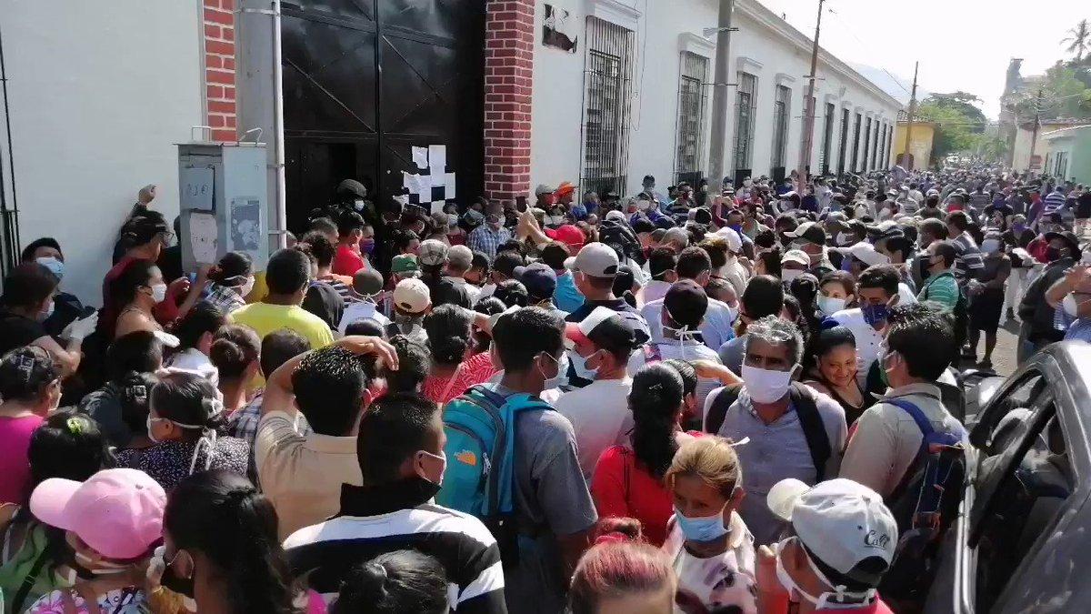#SantaAna Cientos de personas se aglomeran afuera de la sede de la gobernación departamental de #SantaAna, donde funciona el CENADE exigiendo información sobre entrega de los $300 anunciados por el gobierno.