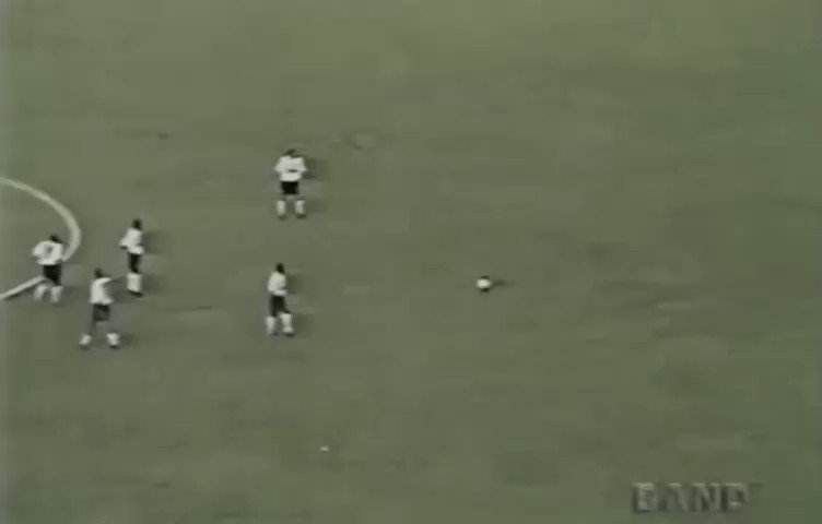 O #GolaçoDoDia é de 25 anos anos atrás. Em 02 de abril, Marcelinho fazia esse golaço do meio da rua contra o Palmeiras, em jogo válido pela primeira fase do @Paulistao de 1995, ano em que o Timão foi campeão! Quem aí lembra desse jogo?  📹 Band  #TBT #VaiCorinthians