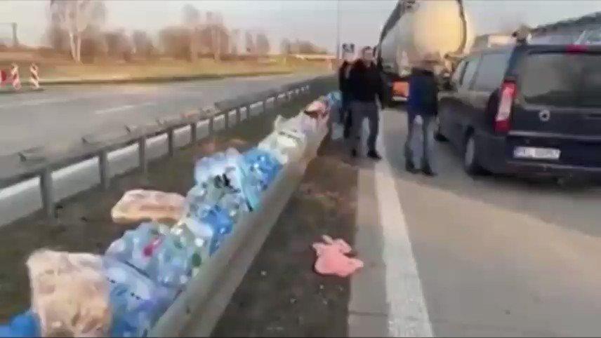 ドイツの道路。物資の余裕の有る人達が困ってる人のために、ご自由にお取り下さい、状態。