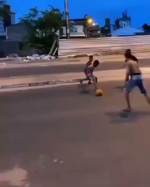 Santos invited young Caio to train with their academy after this video of his amazing skills went viral!  The new Neymar found on the streets of São Paulo?  Good luck, Caio!  ⚫️⚪️