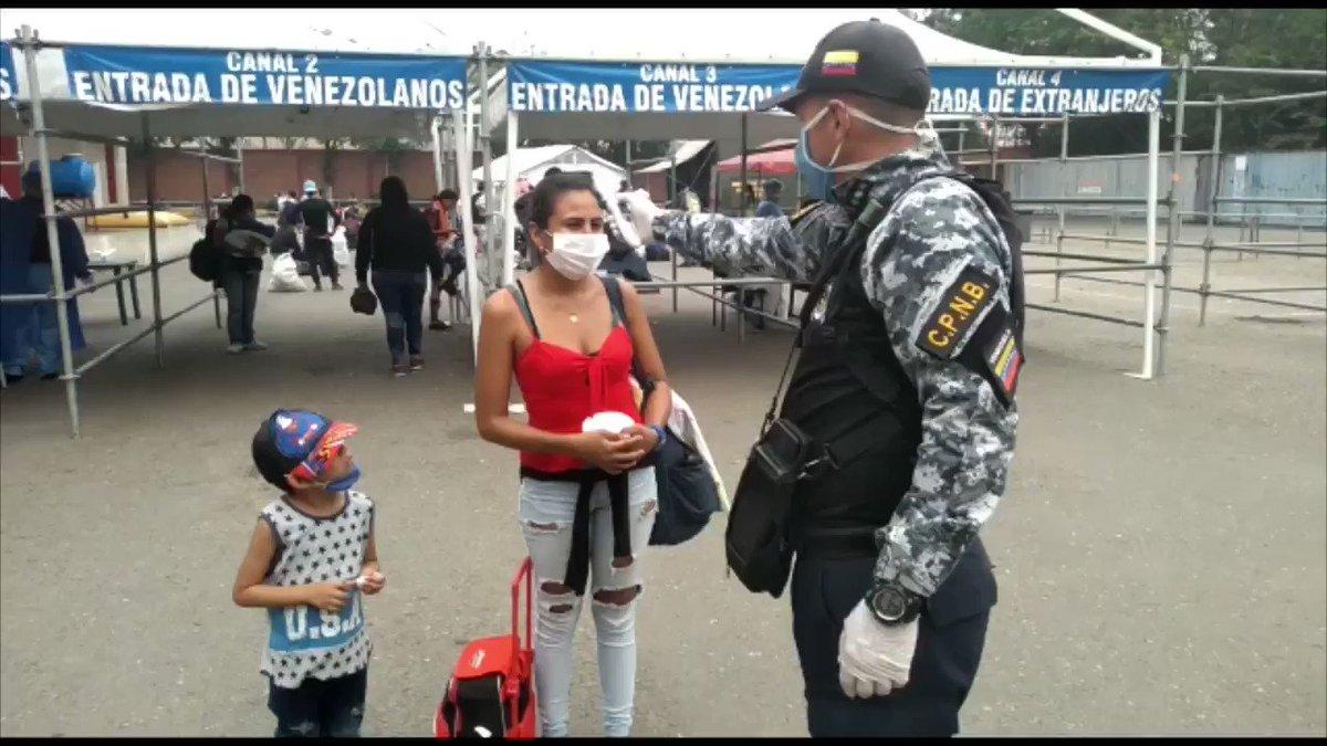 #VIDEO | Cumpliendo con los protocolos de salud establecidos por la #OMS , el Gobierno Bolivariano se despliega en la frontera para recibir a los miles de venezolanos que hoy retornan de Colombia, tras la discriminación que vivieron en medio de la pandemia por el #Covid_19 .