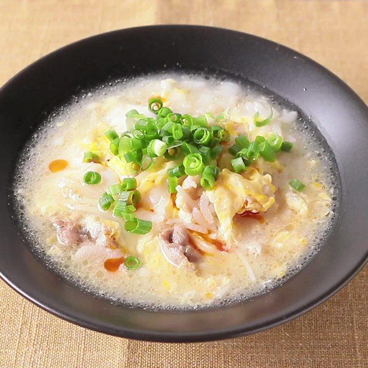 サッパリだけどボリュミー😋『簡単 サンラー風雑炊』酢とこしょうの入ったピリ辛なサンラータン風の雑炊です。酢を入れる事でアクセントになって、食のすすむ一品になりますよ。豚肉とえのきでボリューミーに、食べごたえのある雑炊です。▼レシピページはこちら