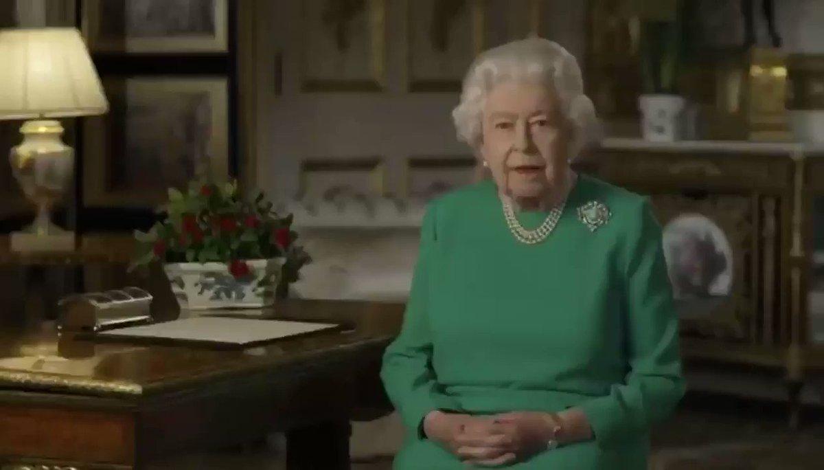 «Время бросает нам вызов. Это время потрясений, которые кому-то принесли горе, многим - финансовые трудности, а всем нам - невероятные сложности в нашей жизни»: Королева Елизавета II обратилась к нации, поблагодарила сражающихся с коронавирусом и пообещала победу над эпидемией