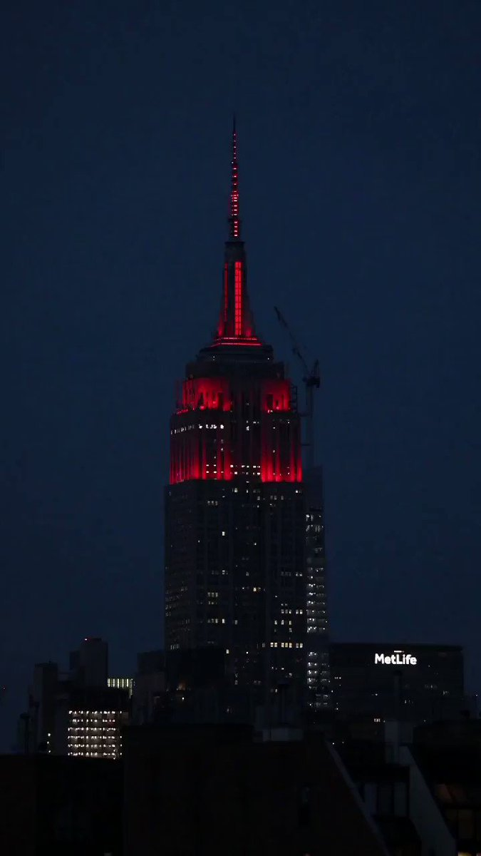 The @EmpireStateBldg lighting up in solidarity with a dynamic heartbeat for the people affected by COVID-19 #NYC pic.twitter.com/9rVVAUbK48