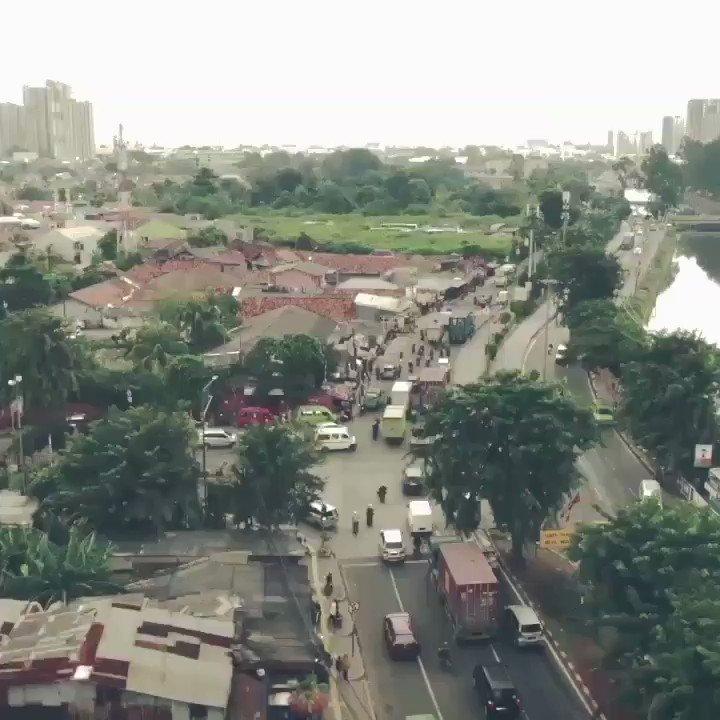 """Dari 100K penduduk, hanya 2 orang yang tes Covid-19. Menjadikan Indonesia kecil dalam data, tapi tingkat kematiannya tinggi di dunia. Karena itu, 3 hari terakhir, Jakarta mulai ramai. Inilah yang ditakutkan sebagai bom waktu.  """"Jakarta dari Udara"""". Segera di @watchdoc_ID"""