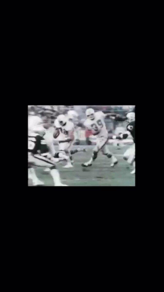 """Número 10.  #FinsUp - #RaiderNation 1974→Benny Malone anota un TD impresionante👇 que regala la ventaja a los suyos en los últimos instantes del partido que pasará a la historia como""""The Sea of Hands""""@IlseNonis #NFL"""