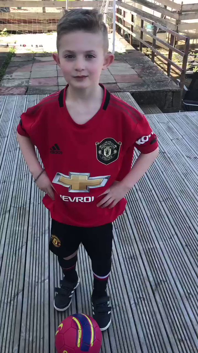 Zach has seen a few top bins challenges lately so wanted a go 😁 30 mins Target Practice this afternoon 🎯 What do you think?  @SoccerAM @Daniel_James_97 @MarcusRashford @JesseLingard @ManUtd  #topbins #mufc https://t.co/jodWWvN98u