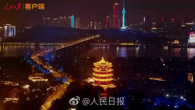 Espectáculo de luces en Wuhan, epicentro de la pandemia en China. Celebran el primer día sin fallecimientos por coronavirus en China. Todos los transportes han sido reabiertos.