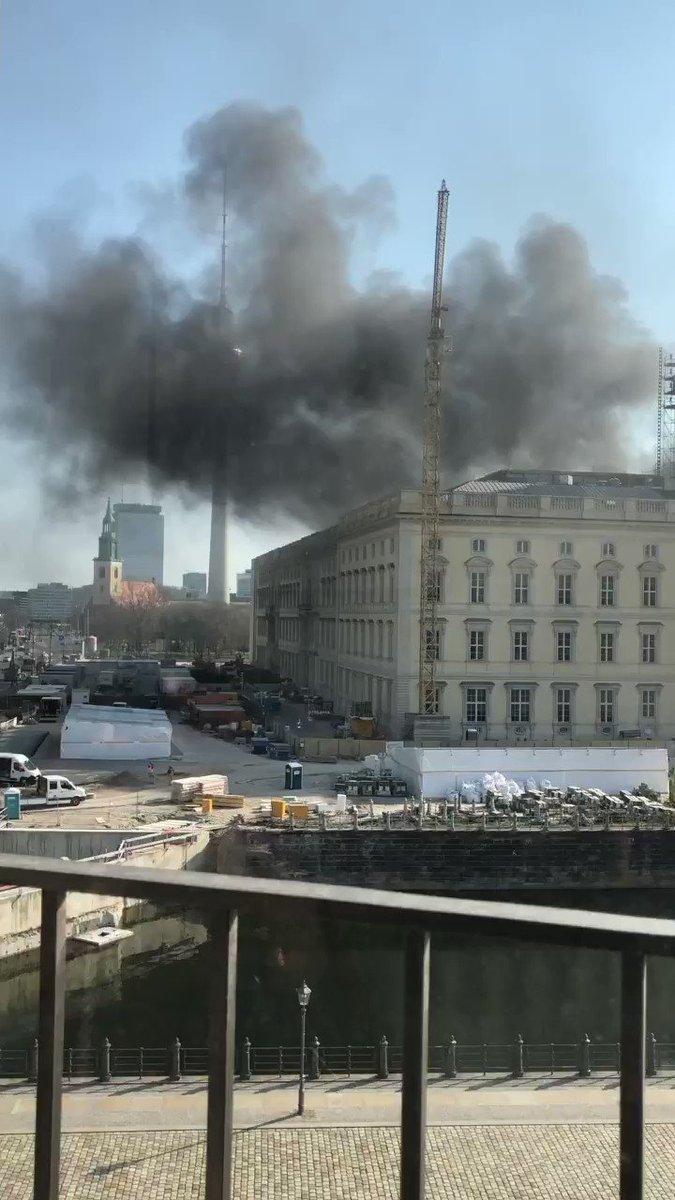 Berlin's castle burning - we heard an explosion. #Berlin #explosionpic.twitter.com/DDbwwuWwTh