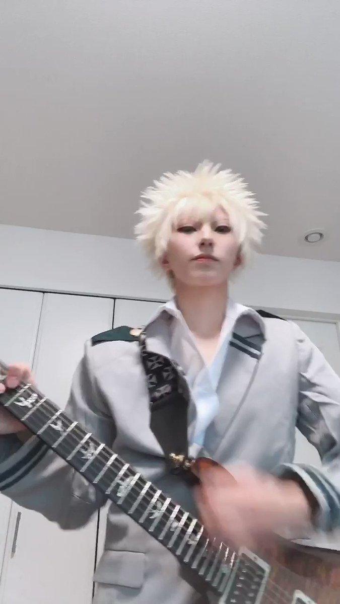 彼はドラムでしたがwwwまぁきっとギターも弾けるはず‼️wかっちゃんでピースサイン弾いてみた🎸※愛はあります、ミスも…🙏🏻💦