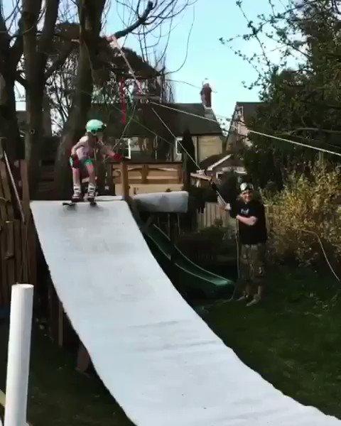 Papa de l'année ! Il construit dans son jardin une mini station de ski pour ses enfants ! 😍 Video © Groovy Steve