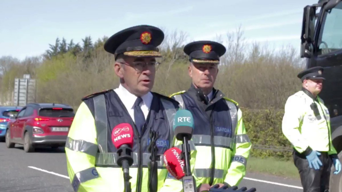 Gardaí are asking the public to:  Please remember essential travel only this weekend.  Please keep to the 2km radius of your home for exercise  Do not travel to holiday homes and remember social distancing and hand washing.#StayAtHomeSaveLives #PhysicalDistancing https://t.co/74iDEvJR65