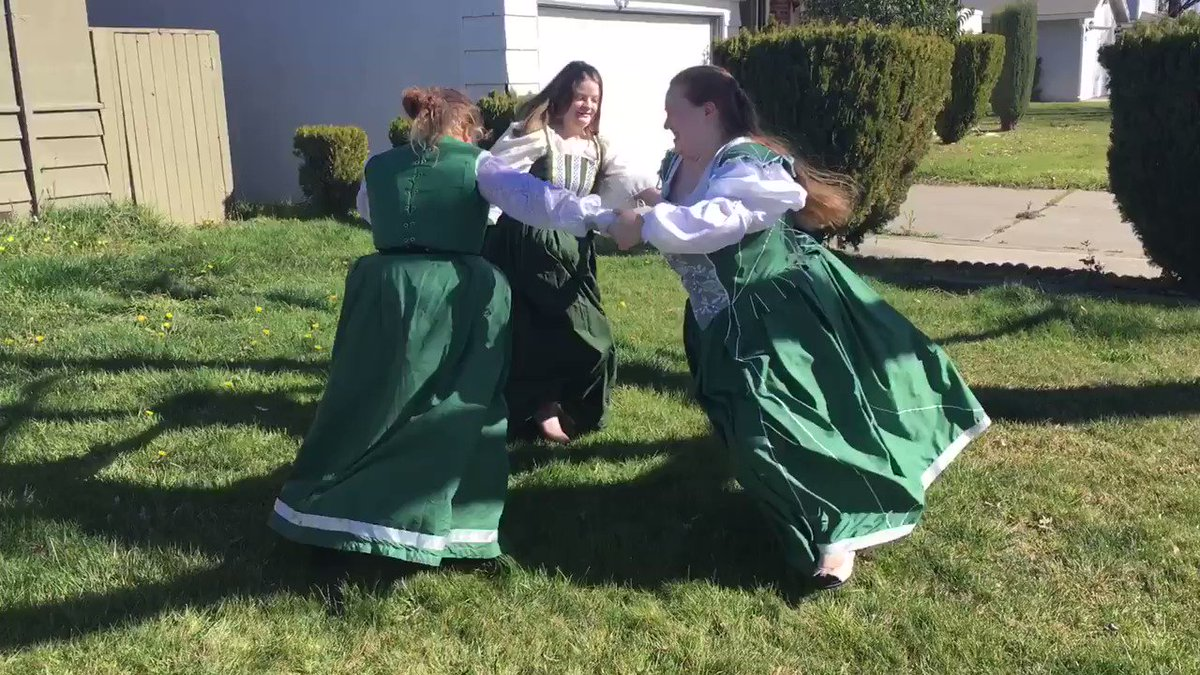 Found this slightly old video. From a time before the great Corona plague. #renfaire #dresses #Costumespic.twitter.com/PmsZWUWdhv