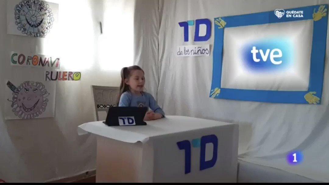 """EM - electomania.es - Vídeo en el que niños españoles imitan a presentadores y reporteros del @telediario_tve y nos cuentan """"sus noticias"""".  """"Informamos que desde el pasillo, mi hermano sigue entrenando""""  """"Hoy la noticia en mi casa es que ha sido el cumpleaños de mi hermana"""""""