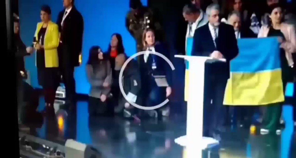 геращенко на коленях гифка современных интерьерах