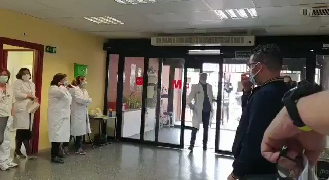 In Spain, a taxi driver was known for taking patients to the hospital, free of charge.  One day, he got a call to pickup a patient from the hospital.  When he arrived, doctors and nurses surprised him with a standing ovation, plus an envelope of money.   vía @ValaAfshar https://t.co/E7fcdmgboR
